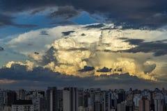 Formations grises de gros morceau de nuage sur le ciel tropical, déplacement de Nimbus photos libres de droits