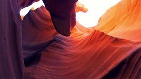 Formations incurvées de grès au canyon d'antilope banque de vidéos
