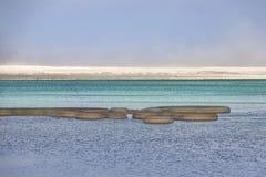 Formations rondes de sel dans les eaux de turquoise de la mer morte photo libre de droits