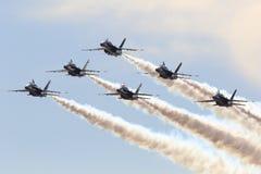 Formationsflug des US-Marine-blauen Engels stockfoto