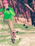 Formazione adatta del modello di sport della donna all'aperto il giorno freddo Fotografie Stock