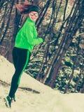 Formazione adatta del modello di sport della donna all'aperto il giorno freddo Fotografie Stock Libere da Diritti