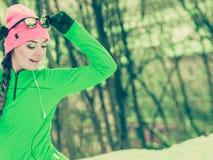 Formazione adatta del modello di sport della donna all'aperto il giorno freddo Immagine Stock