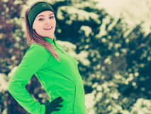 Formazione adatta del modello di sport della donna all'aperto il giorno freddo Fotografia Stock Libera da Diritti