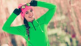 Formazione adatta del modello di sport della donna all'aperto il giorno freddo Immagini Stock