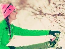 Formazione adatta del modello di sport della donna all'aperto il giorno freddo Fotografia Stock