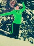 Formazione adatta del modello di sport della donna all'aperto il giorno freddo Immagini Stock Libere da Diritti