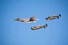 Formazione del rapace F-22 e del lampo P-38 Immagini Stock