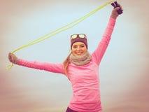 Formazione della donna all'aperto con la corda di salto il giorno freddo Fotografia Stock Libera da Diritti