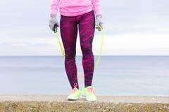 Formazione della donna all'aperto con la corda di salto il giorno freddo Immagini Stock Libere da Diritti