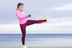 Formazione della donna all'aperto con la corda di salto il giorno freddo Fotografie Stock