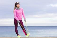 Formazione della donna all'aperto con la corda di salto il giorno freddo Immagine Stock