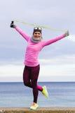 Formazione della donna all'aperto con la corda di salto il giorno freddo Fotografia Stock