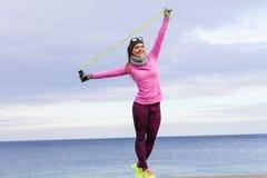 Formazione della donna all'aperto con la corda di salto il giorno freddo Immagine Stock Libera da Diritti