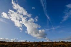 Formazione della nuvola di autunno contro cielo blu sopra l'inseguimento di Cannock Fotografie Stock Libere da Diritti