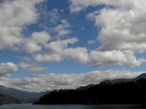 Formazione della nuvola sopra un bello lago nel Cile immagine stock