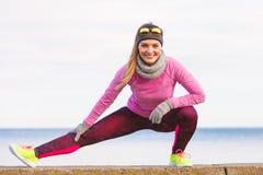 Formazione della ragazza di sport di forma fisica della donna all'aperto in freddo Fotografie Stock Libere da Diritti