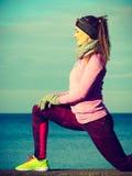 Formazione della ragazza di sport di forma fisica della donna all'aperto in freddo Fotografia Stock Libera da Diritti
