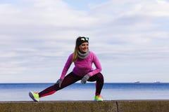 Formazione della ragazza di sport di forma fisica della donna all'aperto in freddo Immagini Stock Libere da Diritti