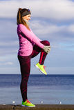 Formazione della ragazza di sport di forma fisica della donna all'aperto in freddo Immagine Stock Libera da Diritti
