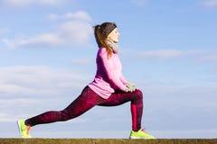 Formazione della ragazza di sport di forma fisica della donna all'aperto in freddo Immagini Stock