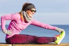 Formazione della ragazza di sport di forma fisica della donna all'aperto in freddo Immagine Stock