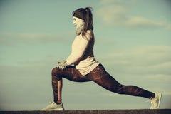 Formazione della ragazza di sport di forma fisica della donna all'aperto in freddo Fotografie Stock