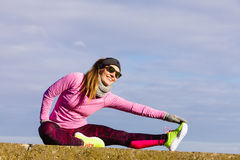 Formazione della ragazza di sport di forma fisica della donna all'aperto in freddo Fotografia Stock