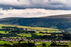 Formazione delle nuvole sopra le colline e la valle Immagine Stock Libera da Diritti