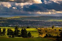 Formazione delle nuvole sopra le colline e la valle Fotografie Stock Libere da Diritti