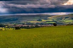 Formazione delle nuvole sopra le colline e la valle Fotografia Stock Libera da Diritti