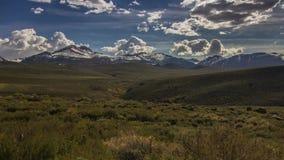 Formazione delle nuvole sopra le montagne innevate stock footage
