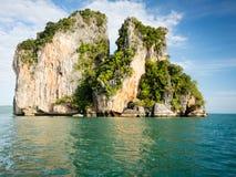 Formazione di morfologia carsica in mare delle Andamane fuori dalla costa di Koh Yao Noi, Tha fotografie stock libere da diritti