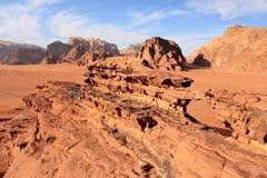 Formazione di ponte naturale della roccia sul dessert di Wadi Rum Immagini Stock