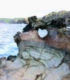 Formazione geologica di forma del cuore naturale in parete della roccia della lava a Nakalele in Hawai, U.S.A. Immagine Stock