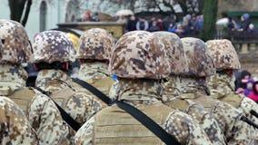 Formazione irriconoscibile di soldati dalla parte posteriore video d archivio