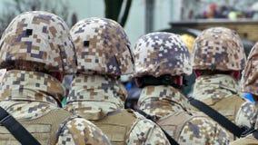 Formazione irriconoscibile di soldati dalla parte posteriore stock footage