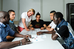 Formazione linguistica per i rifugiati in un campo tedesco Fotografia Stock Libera da Diritti