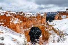Formazione naturale dell'arco con neve in Bryce Canyon Immagine Stock