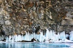 Formazione rocciosa con ghiaccio ed il lago congelato sotto Fotografia Stock Libera da Diritti