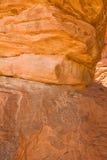 Formazione rocciosa con il geroglifico fotografie stock libere da diritti