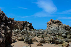 Formazione rocciosa della spiaggia contro cielo blu Immagine Stock Libera da Diritti