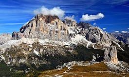 Formazione rocciosa di Cinque Torri e gruppo della montagna di Tofana in Dolomit Immagine Stock