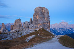 Formazione rocciosa di Cinque Torri sotto il sole di sera, alpi della dolomia Fotografia Stock