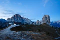 Formazione rocciosa di Cinque Torri sotto il sole di sera, alpi della dolomia Fotografie Stock