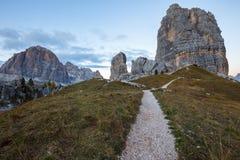Formazione rocciosa di Cinque Torri sotto il sole di sera, alpi della dolomia Immagini Stock Libere da Diritti