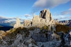 Formazione rocciosa di Cinque Torri sotto il sole di sera, alpi della dolomia,  Fotografia Stock Libera da Diritti