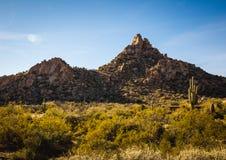 Formazione rocciosa di punta del culmine nel paesaggio del deserto Fotografie Stock
