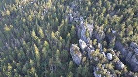 Formazione rocciosa di stupore su Szczeliniec Wielki nel parco nazionale delle montagne della Tabella Attrazione turistica di Sud archivi video