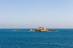 Formazione rocciosa in mare blu fotografia stock
